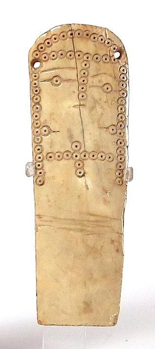 AN EARLY ISLAMIC SCHEMATIC BONE DOLL 7th-8th century CE. With dotted circle pattern. In very go