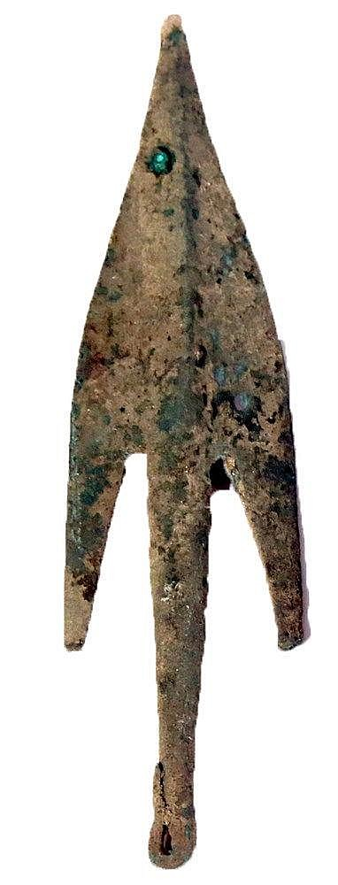 AN EARLY BRONZE AGE COPPER SPEAR HEAD Ca. 3000 BCE. With nice patina and in very good condition