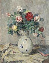 Rosenstrauß in weiß-blauer Vase.