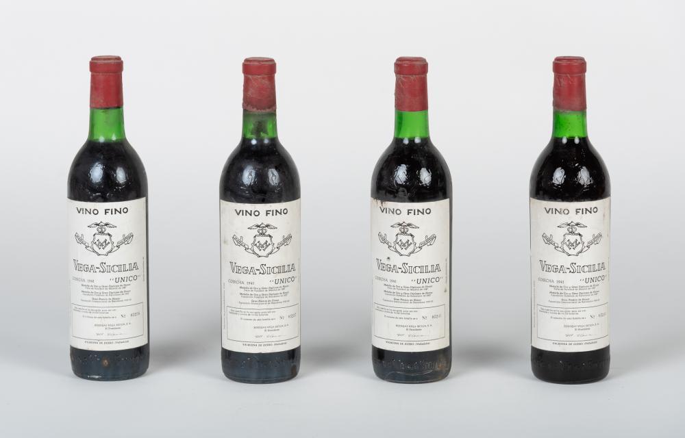 Lote compuesto por cuatro botellas Vega Sicilia, 1941.