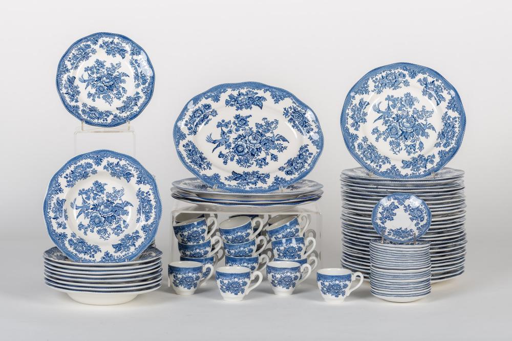 Vajilla compuesta por 115 piezas realizadas en porcelana con decoración floral.