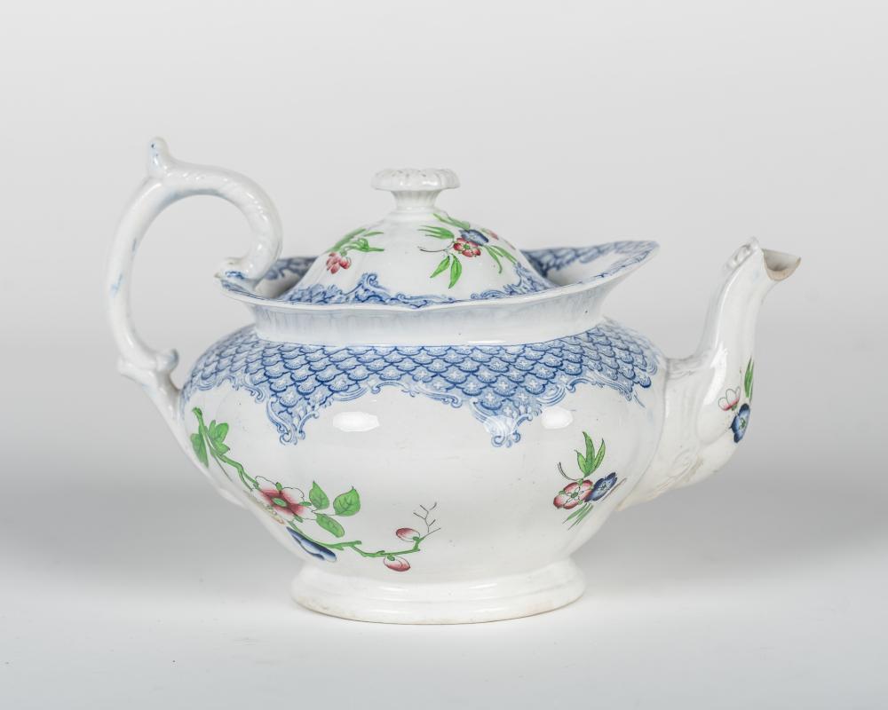 Tetera realizada en porcelana con decoración floral.