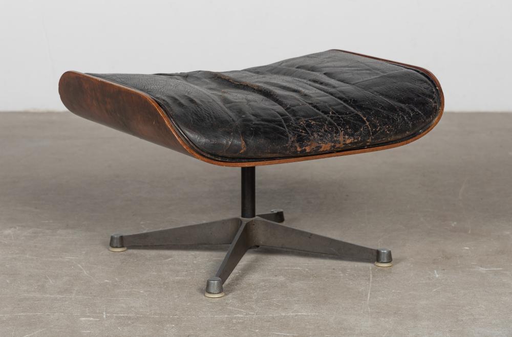 """HERMAN MILLER """"Reposapies modelo Ottoman, diseñado por Charles y Ray Eames"""". Procedencia de la tienda de muebles d"""