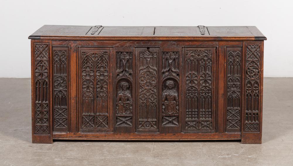 Arca vasca realizada en madera tallada con motivos religiosos.