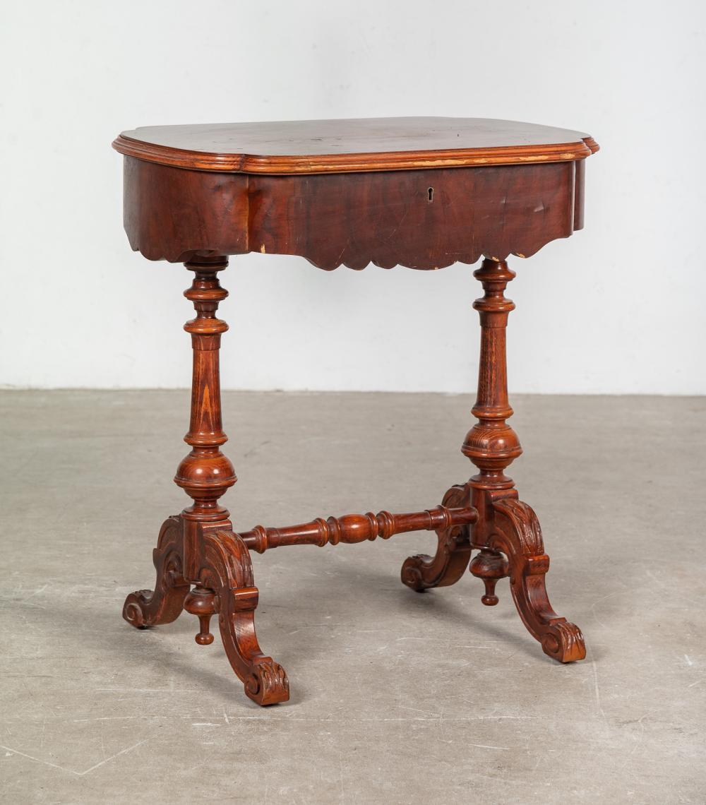 Costurero realizado en madera con marquetería.