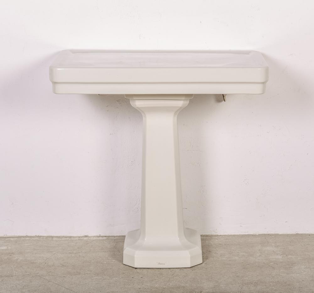 Tocador de baño realizado en loza blanca.