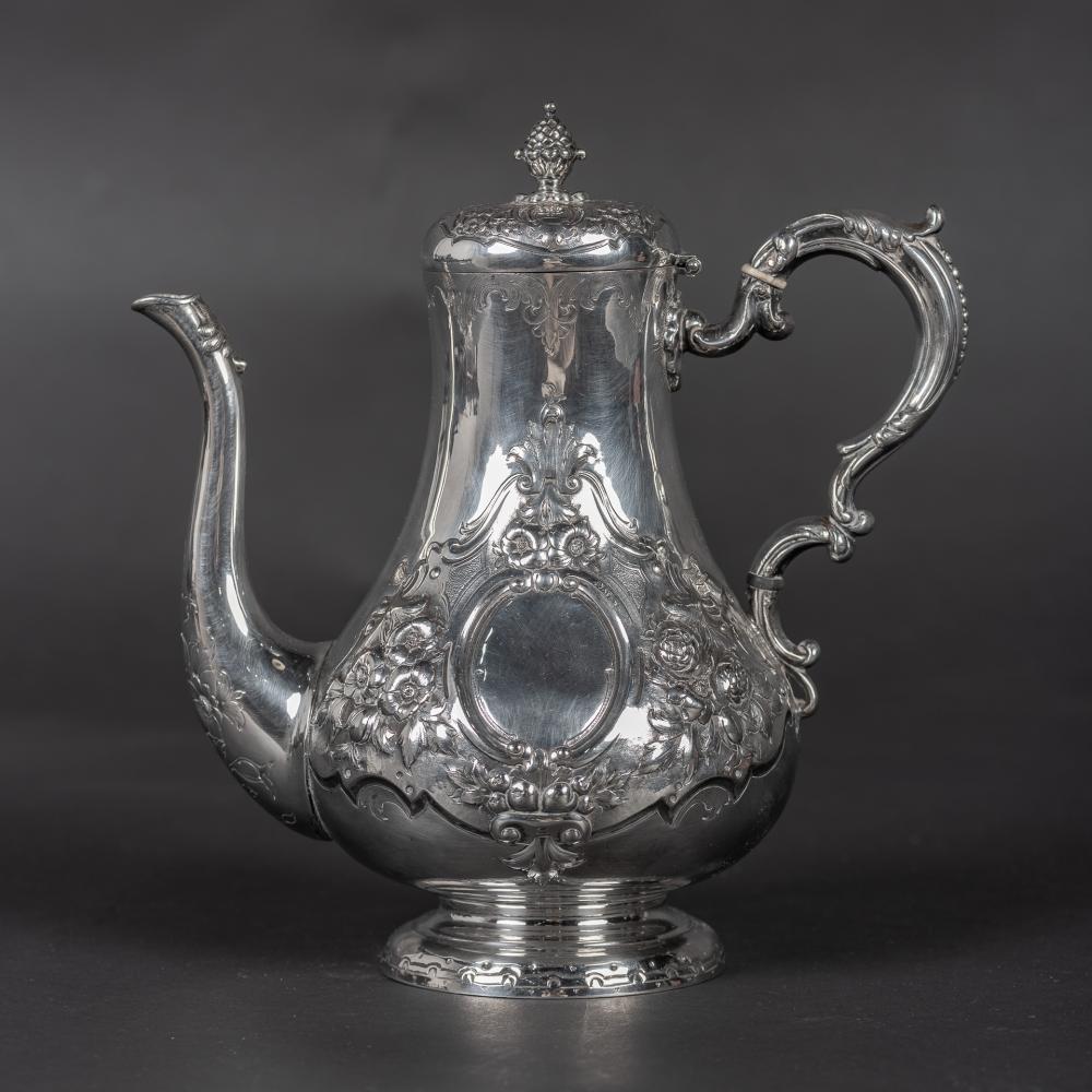 Tetera realizada en plata con decoración vegetal. Posiblemente trabajo escocés. Época Victoriana.