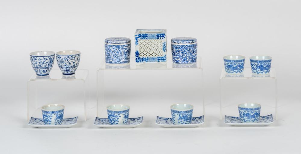 Lote compuesto por quince piezas de té realizadas en porcelana oriental.