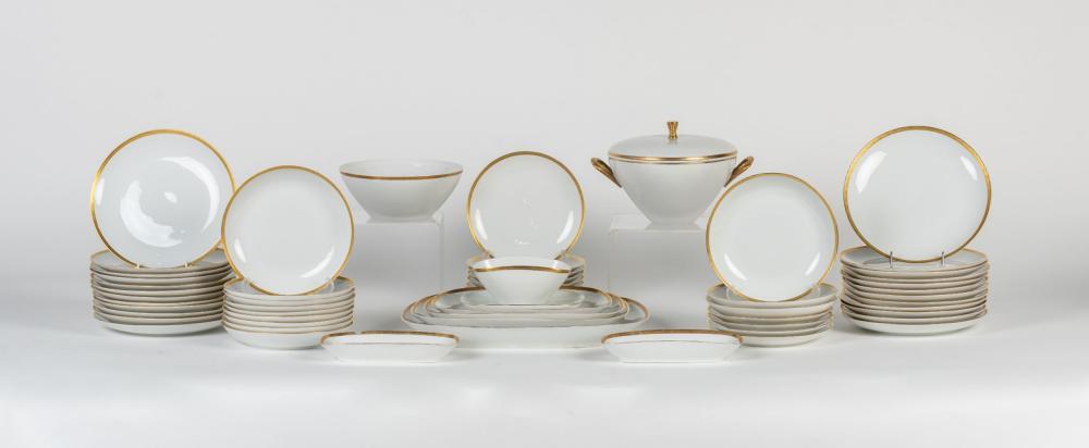 Vajilla realizada en porcelana Bidaosa compuesta por 57 piezas.