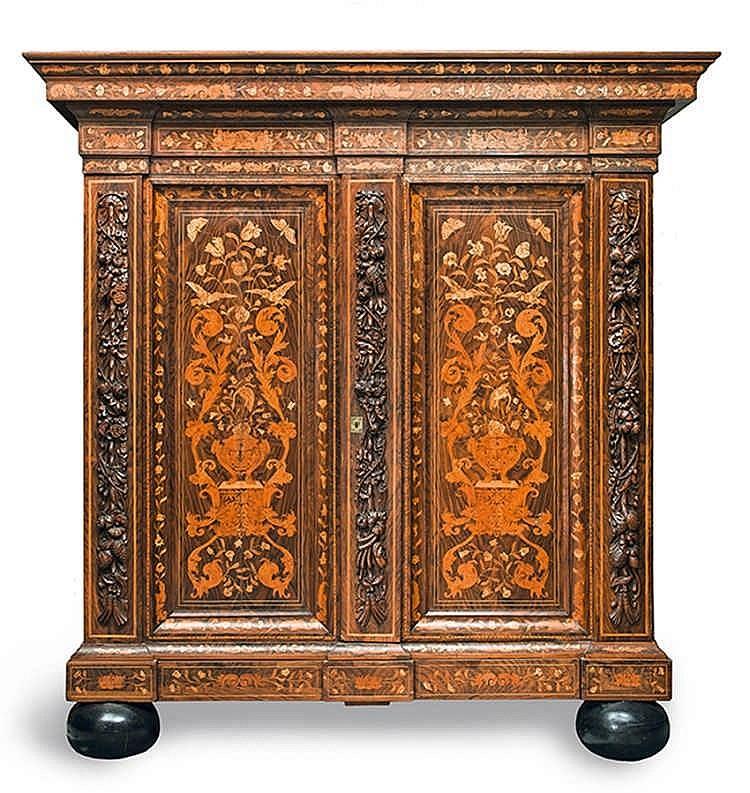 armoire en bois de placage et riche d cor marquet de fleurs. Black Bedroom Furniture Sets. Home Design Ideas