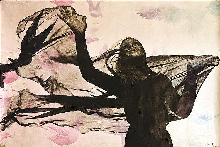 PHOTO : MOREAU P.  Femme jouant avec un voile     vers 1970