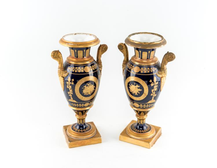 Coppia di vasi di porcellana Impero, Napoli inizi del XIX secolo. | Pair of Empire porcelain vases, Naples early XIX Century.