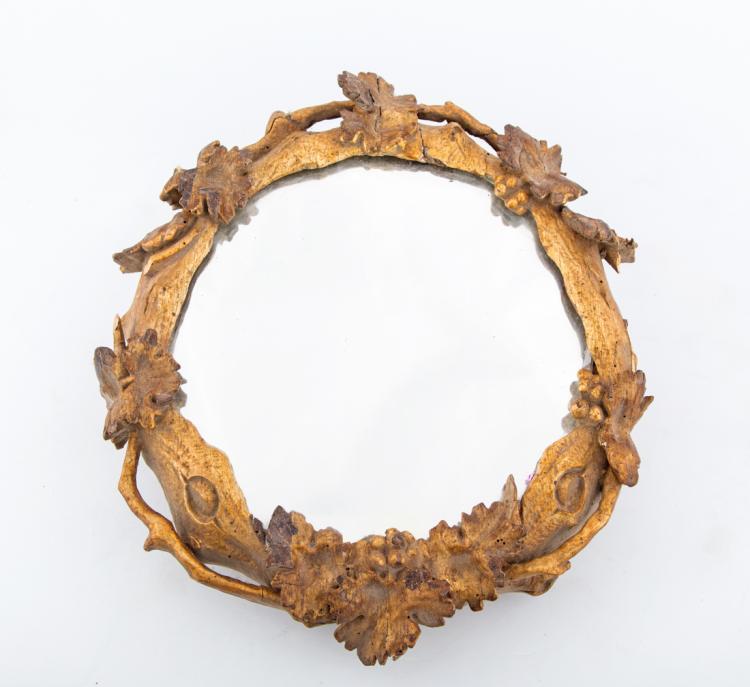 Quattro piccole specchiere circolari in legno dorato e intagliato, fine del XVIII secolo. | Four small circular mirrors in gilded and carved wood, late XVIII Century.