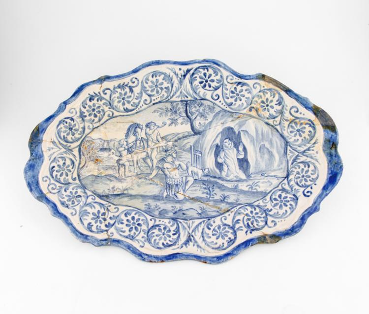 Quattro piatti da parata in ceramica di forma ovale con bordi sagomati. | Four parade porcelain plates, three made by Giovanni Bartolomeo Guidobono