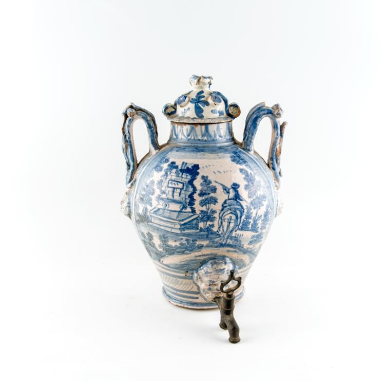 Lotto di due vasi biansati in maiolica bianca e blu. Savona metà XVIII secolo, | Lot of two biansati vases in white and blue majolica. Savona mid-XVIII Century