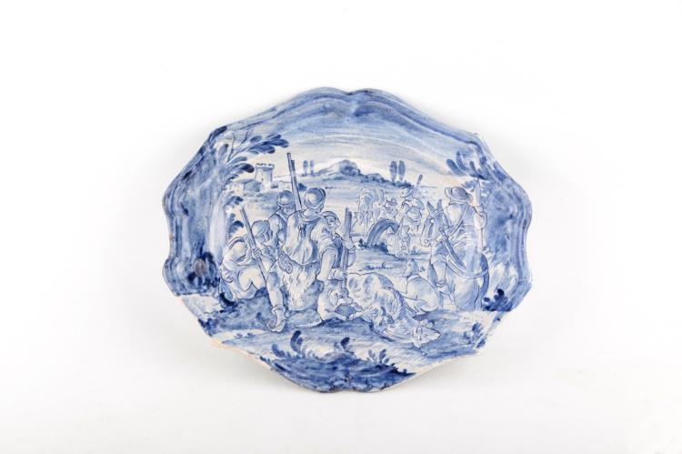 Vassoio ovale in maiolica, Savona fine del XVIII secolo. | Majolica oval tray, Savona late XVIII Century.