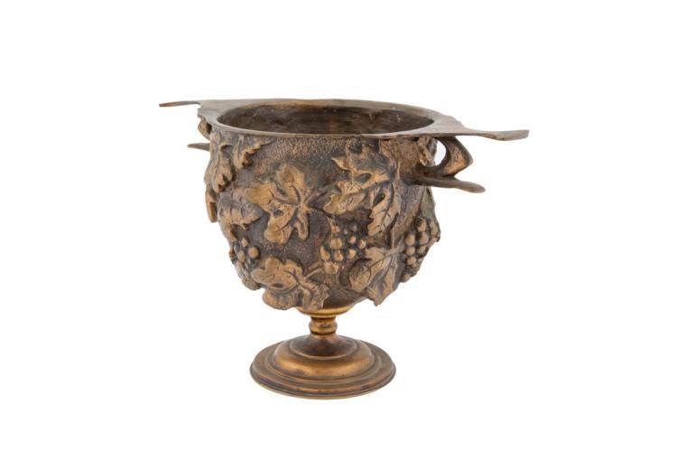 Coppa in bronzo dorato e sbalzato a forma di tralci di vite. | Gided embossed bronze cup in the shape of vine shoots.