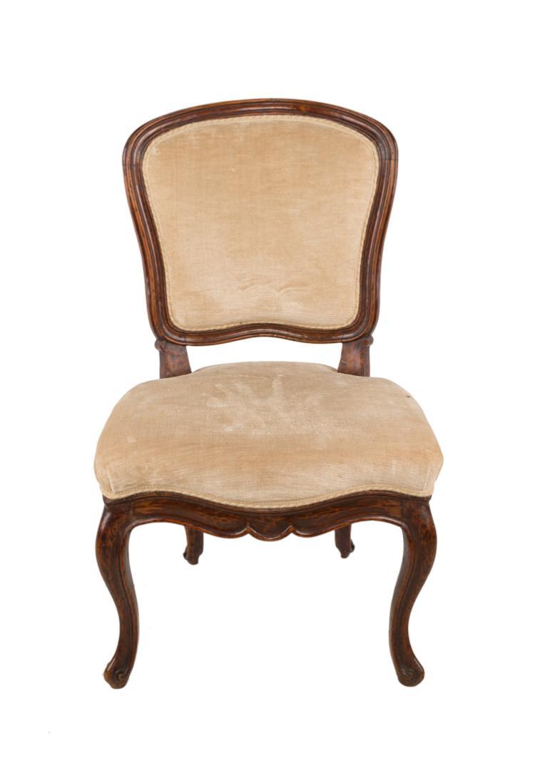Quattro sedie in legno di noce, Italia XVIII secolo. | Four walnut chairs, Italy XVIII Century.
