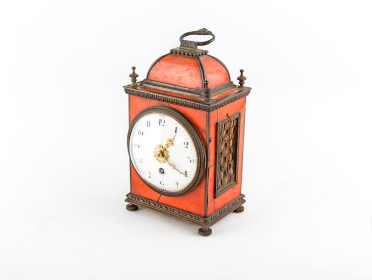 Piccola pendola da tavolo in tartaruga con profilature in bronzo. Fine del XVIII secolo. | Small tortoiseshell clock by profiling table with bronze. End of the XVIII Century.