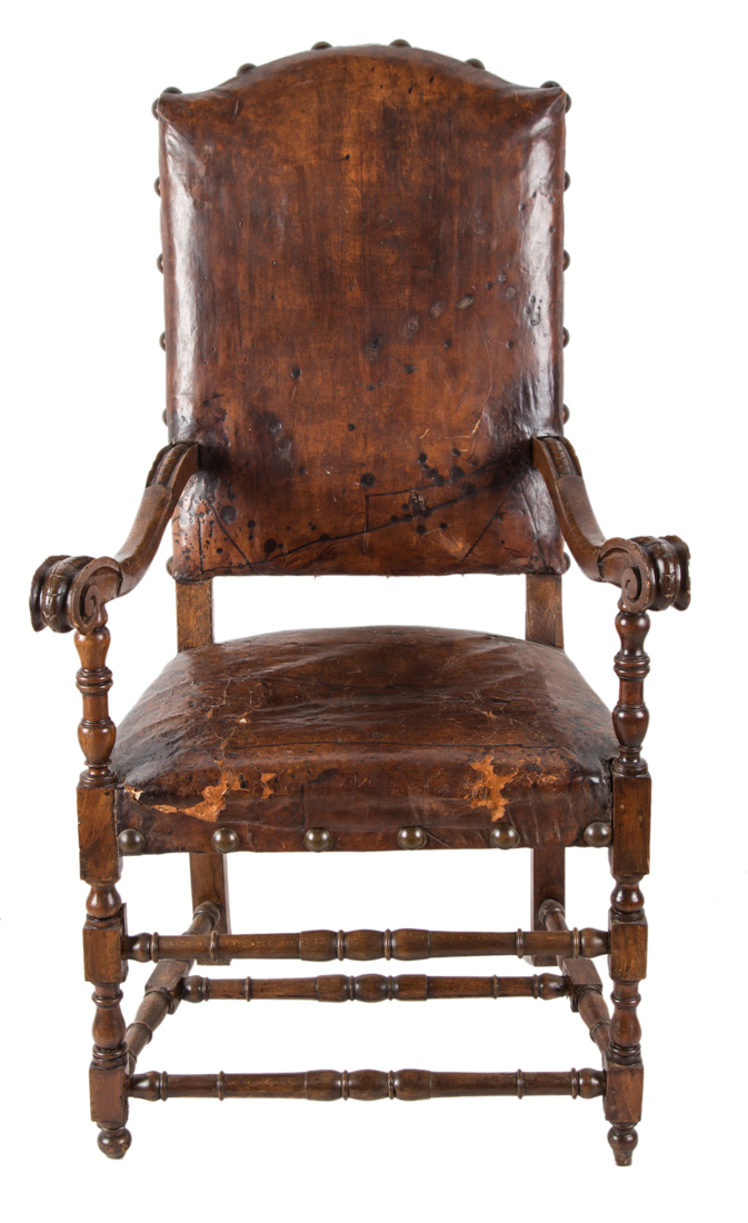 Quattro seggioloni in legno di noce. Napoli XVII secolo. | Four walnut chairs. Naples XVII Century.