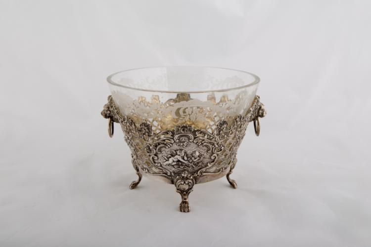 Coppa in argento sbalzato e traforato, manifattura tedesca del XIX secolo | Embossed and perforated silver cup, with crystal made container, German manufactury, XIX Century