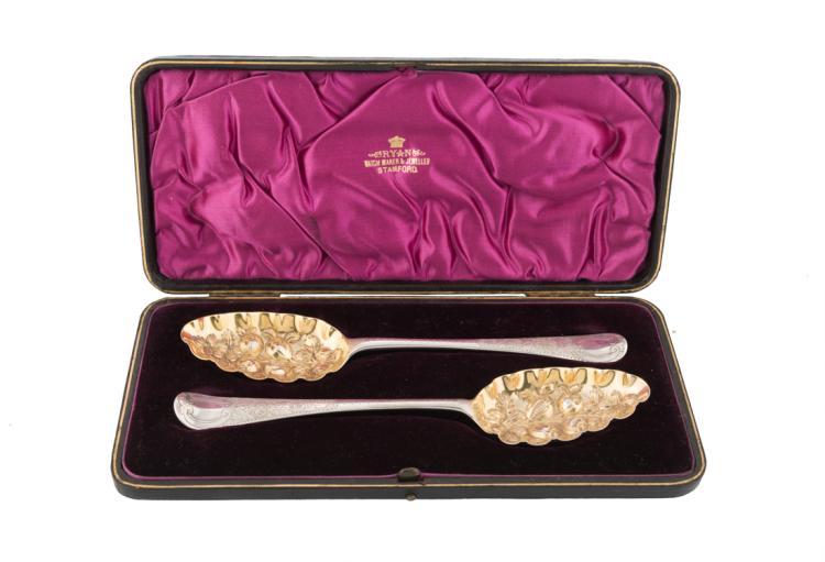 Cofanetto contenente due cucchiai per frutti di bosco in argento parzialmente dorati e sbalzati nella parte concava | Box containing two silver tablespoons