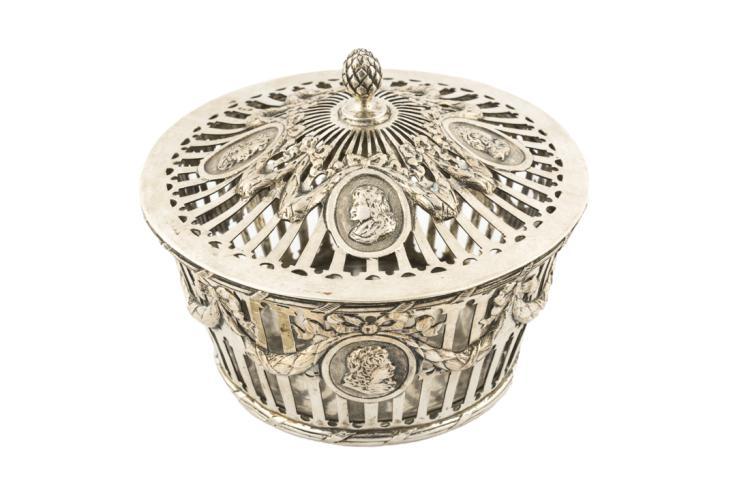 Importante compostiera in argento traforato cesellato | Important chiseled silver mustard bowl