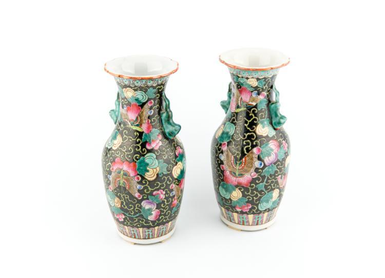 Coppia di piccoli vasi a motivi floreali, Cina, periodo ultima dinastia.   Pair of small vases with floral motifs, China, last dynasty period.