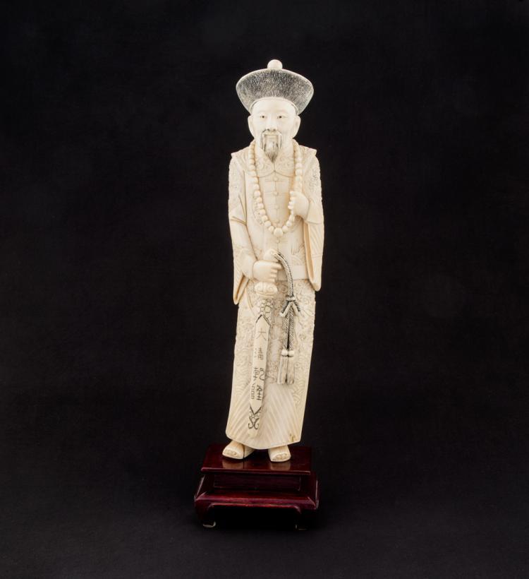 Scultura orientale in avorio raffigurante dignitario. | Oriental ivory carving depicting dignitary.