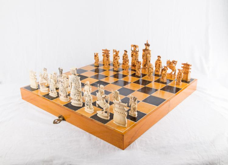 Importante scacchiera con pezzi in avorio finemente scolpiti e firmati Koa, manifattura cinese del XX secolo. | Important chessboard with finely carved ivory pieces. Signed Koa, Chinese manufactory of the XX Century