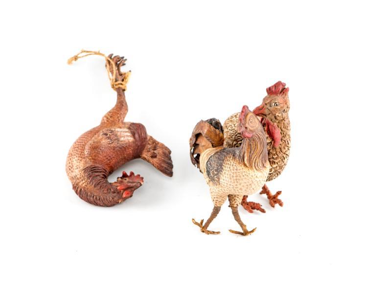 Una gallina, un gallo e un gallo morto legato   A hen, a rooster and a dead rooster tied
