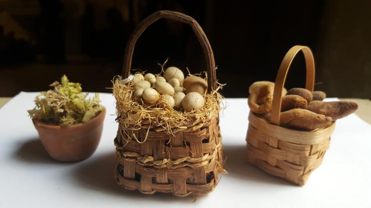 Un vasetto con piantina e due cestini di frutta e verdura |  Un vasetto con piantina e e un cestino di pane e di uova | A jar with a plant and two baskests of eggs and breads