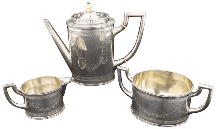Servizio da tè composto da tre pezzi in argento | Tea service consisting of three silver pieces.