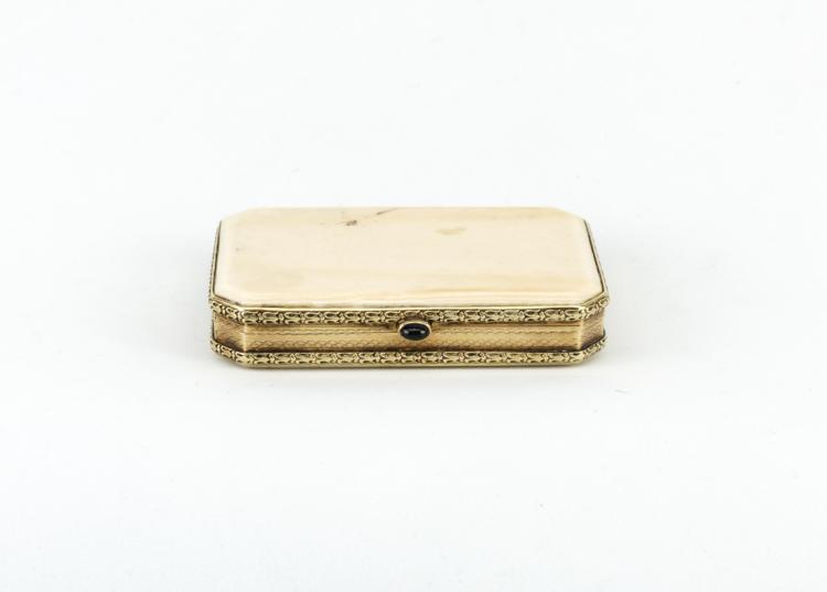 Portatabacco in avorio con bordo in oro giallo sbalzato | Tabac box ivory edged in embossed yellow gold