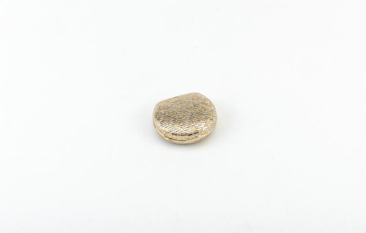 Portapillole in oro giallo e bianco a forma di piccola borsetta, Bulgari | Pillbox in yellow and white gold in the shape of small handbag, Bulgari
