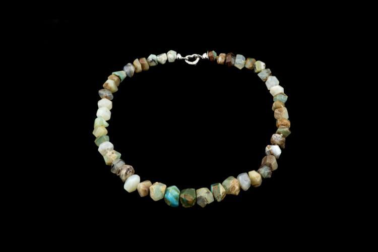 TIZIANO VIGNAROLI Filo di opale multicolor con chiusura in oro bianco | Multicolor opal string with closure in white gold