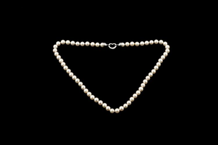 TIZIANO VIGNAROLI Filo di perle giapponesi con chiusura a forma di cuore in oro bianco | String of Japanese pearls with heart-shaped closure white gold