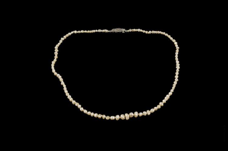 Filo di perle naturali di forma irregolare, certificato IGN | String of natural pearls