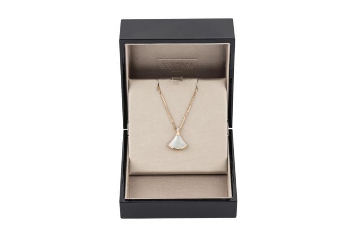 Ciondolo Bulgari in oro con un brillante e madreperla |  Diamond Bulgari pendant with  mother of pearl