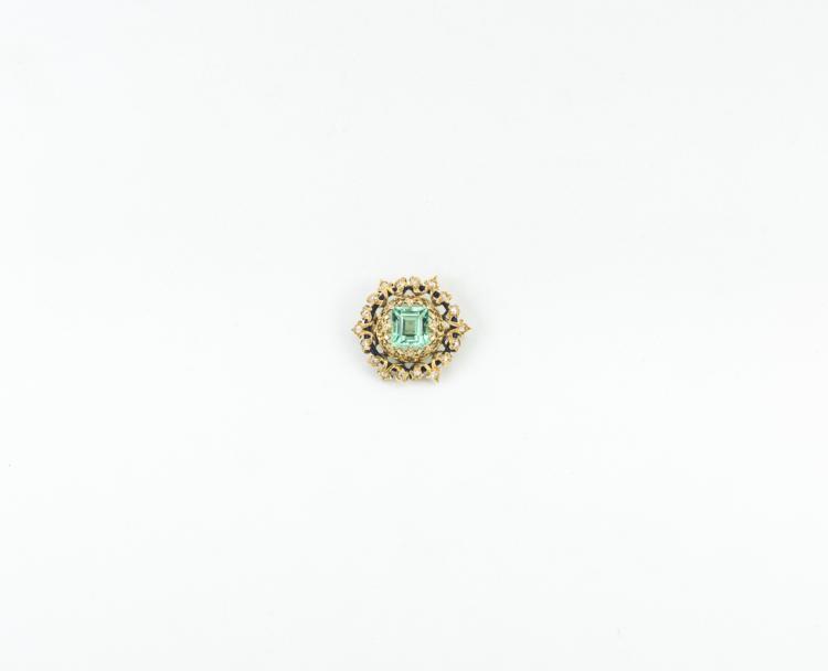 Una spilla in oro giallo con smeraldo colombiano e brillanti | A brooch in yellow gold with Colombian emerald and diamonds