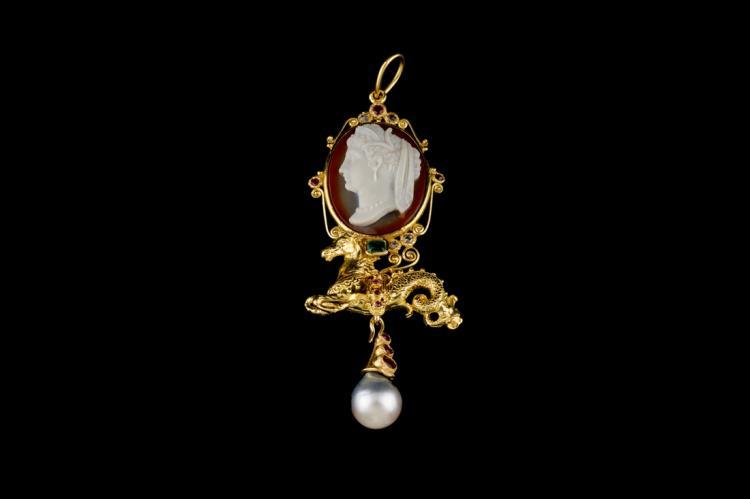 Ciondolo in oro giallo e cammeo in agata, pietre e perla | Pendant in yellow gold and agate cameo, stones and pearl