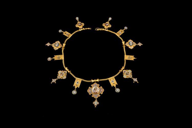 Antico e prezioso Collier in oro e micromosaico (1870 ca)   Ancient and precious necklace in gold and micro mosaic