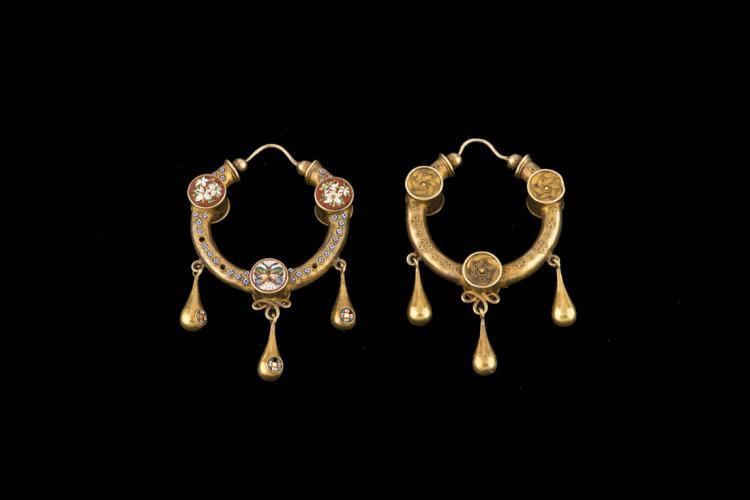 Orecchini in oro e micromosaico (1870 ca) | Earrings in gold and micro mosaic