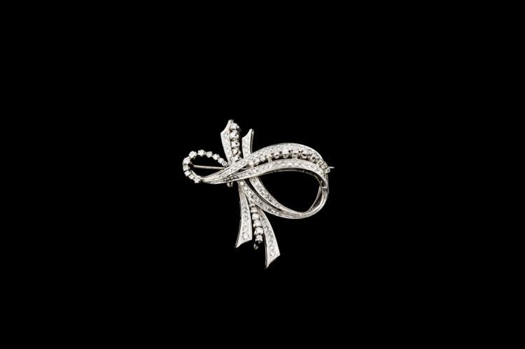 Spilla a fiocco, in oro bianco e brillanti | Bow shaped brooch, white gold and diamonds