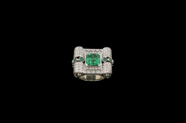 Anello in oro bianco con smeraldo da 5 ct e brillanti | White gold ring with emerald and diamonds from 5 ct