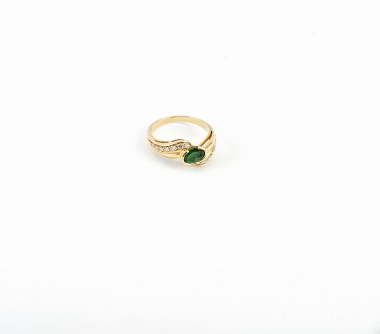 Anello in oro giallo con smeraldo e brillanti | Yellow gold ring with emerald and diamonds