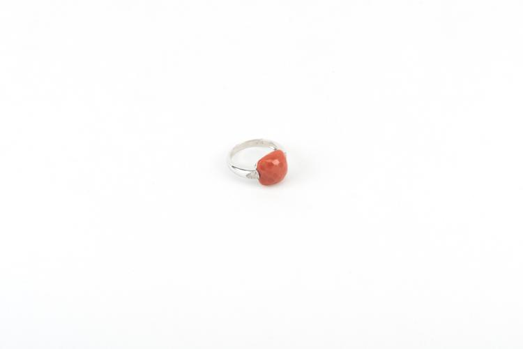 Anello in oro bianco con corallo cerasuolo | White gold ring, red coral, diamonds