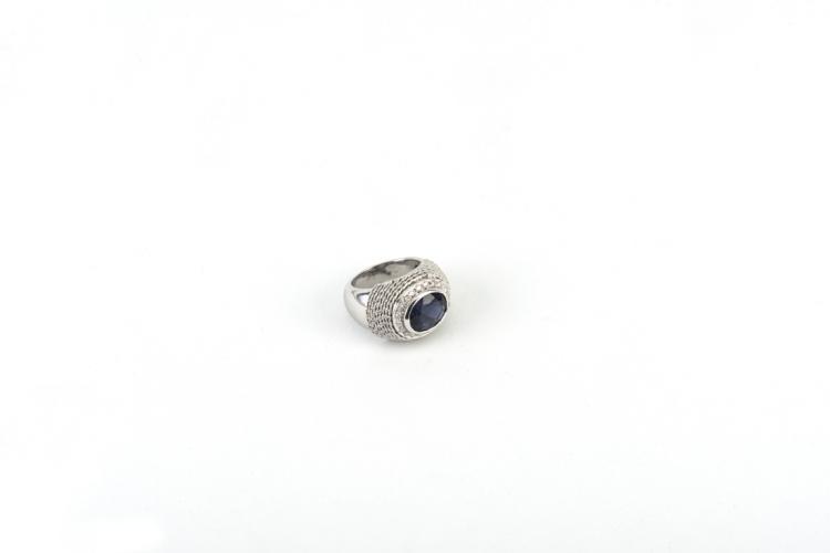 Anello in oro bianco con iolite | White gold ring with iolite and diamonds