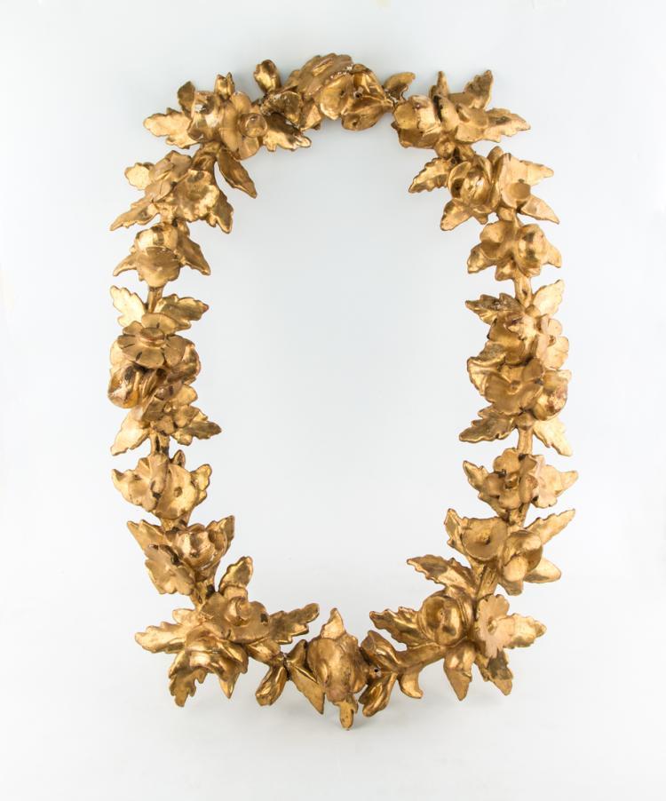 Ovale in legno dorato e intagliato a motivi floreali. Secolo XIX | Oval and carved ornament with floral motifs in golden wood. XIX Century