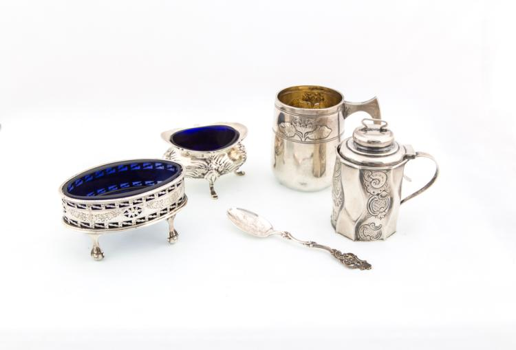 Due saliere un piccolo boccale e una mostardiera in argento | Two salt cellar a small bowl and a silver pot